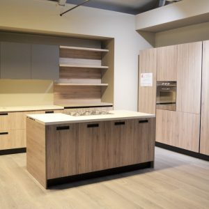 cucina arredo3 in offerta kalì con isola e colonna forno centro dell'arredamento ligure