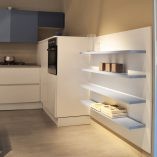 cucina opaca bianca blu in offerta al centro dell'arredamento ligure