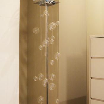 lampada da terra moderna al centro dell'arredamento ligure sfere bolle cristallo