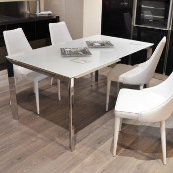 tavolo sirio unico bontempi al centro dell'arredamento ligure
