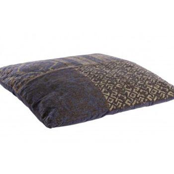cuscino da salotto blu bizzotto al centro dell'arredamento ligure