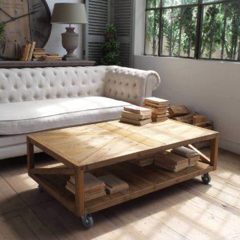 tavolino in legno con ruote al centro dell'arredamento ligure