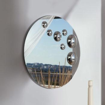 specchio rotondo riflessi al centro dell'arredamento ligure