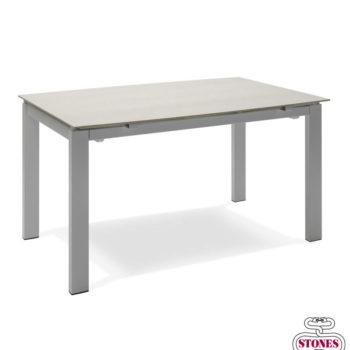 tavolo moderno modello slide di stones al centro dell'arredamento ligure