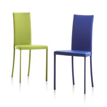 sedia slim colorata riflessi al centro dell'arredamento ligure