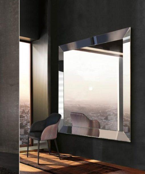 grande specchio moderno quadrato modello trapezio di riflessi al centro dell'arredamento ligure