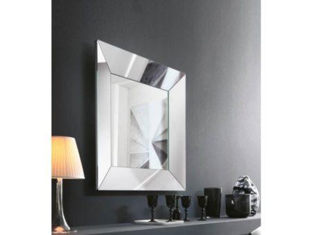specchio quadrato riflessi trapezio al centro dell'arredamento ligure