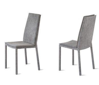 sveva sedia alta di riflessi al centro dell'arredamento ligure