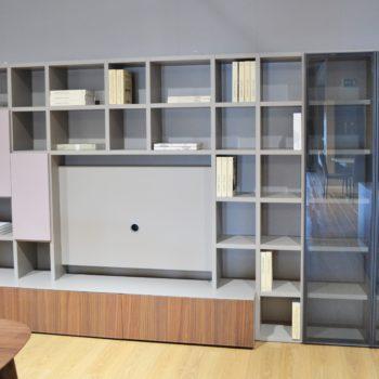 composizione soggiorno novamobili con vetrine led e ante cipria al centro dell'arredamento ligure
