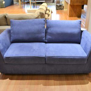 divano due posti blu lecomfort al centro dell'arredamento ligure