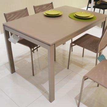 tavolo ingenia modello eos allungabile al centro dell'arredamento ligure