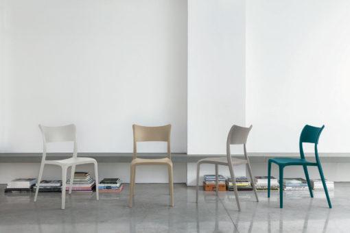 sedia cordoba lineare minimal al centro dell'arredamento ligure