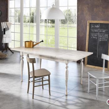 tavolo shabby chic allungabile al centro dell'arredamento ligure